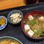 浜乃家 - お味噌汁と小鉢、お漬物まで付いてきます。