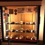 とんかつ川久 - 外観写真:お店の入口にあるショーケースです。(2019.12 byジプシーくん)