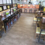 うどん仁兵衛 - 厨房側と左手にカウンター席とテーブル席が3卓有ります♪