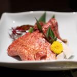松阪牛 完全個室 肉割烹 WAGYU+  - 健志郎厳選黒毛和牛のロース2種タレ焼き