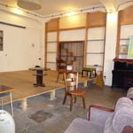 Cafe Slow Osaka - 飲食スペースの奥の、ギャラリーやライブスペース