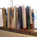 古道具 カフェホゾ - 窓際には本がありました