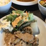 ドッグカフェ メイプル - 料理写真:手前がメープルランチの生姜焼き。 奥がビーフシチュー。