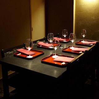 祇園の風情を残した完全個室のテーブルの席です。