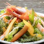 恩納つばき - 海ぶどうと海老の海鮮サラダ