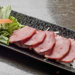恩納つばき - 豚タンのスモーク炙り