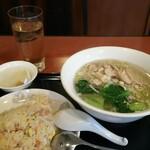 中華料理 東海飯店 - 料理写真:鶏そば、半炒飯セット