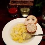122020004 - セルフで取りに行く、スープとパン、ドリンク。