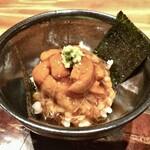 122020067 - 北海道の雲丹ご飯、麦ご飯で、鰹のお出汁をベースに帆立の貝柱を添えて、醤油を加えた餡