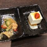 酒佳蔵 - お通し(クラゲの酢の物&チーズ豆腐?)