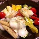 koshitsuizakayaharenochikemuritokidokichiizu - 自社農園野菜のグリルと焼きカチョカバロチーズ