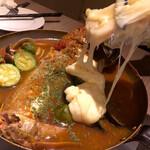 koshitsuizakayaharenochikemuritokidokichiizu - 本日の鮮魚の燻製ブイヤベース+ラクレットチーズ