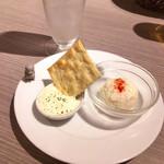 koshitsuizakayaharenochikemuritokidokichiizu - お通しは燻製ポテサラとチーズディップ