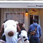 Puropera - 今日、お食事するお店は花時計から歩いてすぐの所にある             こちらの『プロペラ』。神戸牛が食べられるステーキ専門店なんだよ。             お店の前には開店前から行列が出来ているよ。                          ちびつぬ「人気店なの~」