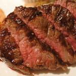 Puropera - 絶妙な焼き加減だねえ。やわらかくて肉汁たっぷり、             3種類のソースでいろいろな味を楽しめます。             付け合わせも美味しいねえ。