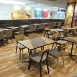 122051687 - 広い空間にテーブル席が並んでいます♪