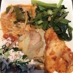 ブータンキッチン - サラダバー。ブータン料理たくさん