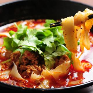 旨辛モチモチ♪自慢の自家製刀削麺は、お得なランチでもご提供!
