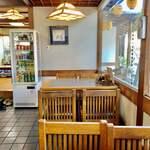 谷岡食堂 - 店内、窓際の席。