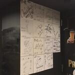 肉と和SAKEの個室居酒屋 ばく  - 肉と和SAKEの個室居酒屋 ばく 五反田店(東京都品川区西五反田)有名人のサイン