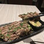 肉と和SAKEの個室居酒屋 ばく  - 肉と和SAKEの個室居酒屋 ばく 五反田店(東京都品川区西五反田)牛タン炙り