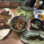 122076505 - 水かけ菜うなぎ丼、ひろ田みそサラダ、お新香盛り合わせ、肝焼き、串焼(鳥皮、鳥しんぞう、鳥かんぞう、葱間、つくね、えのき巻、しいたけ巻)