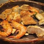 蔵家菊亭 - 海鮮類をムニエル風にした陶板焼