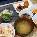 祇園茶寮×タニタカフェ - わら焼きカツオのタタキとカニクリームコロッケとメンチカツ御膳