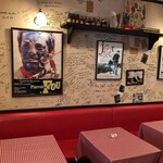 122102579 - 映画のポスターが並ぶ店内はフレンチシック。