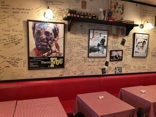 ル・プチメック 今出川店 - 映画のポスターが並ぶ店内はフレンチシック。