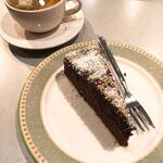 インカ飯 - カモミールティーとチョコレートケーキ