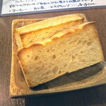トラットリア パスクアリーノ - 自家製パン!麦ケーキです!