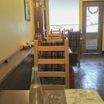 トラットリア パスクアリーノ - 右には常連客が座るカウンター。真昼間時にセレブ色無し!