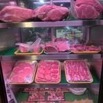 122128031 - 通りに面して肉が呼んでいる。