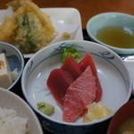 レストラン富士 - A定食830円 天ぷらとまぐろの刺身と湯豆腐付き。ホッとする味です。
