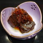 鶴生館 - 生姜に山椒とたっぷりの薬味でじっくりと炊いた鮪の角煮。