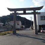 Hicos - お店は、富丘八幡神社への参道にあります。
