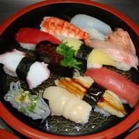 鶴生館 - 手軽にお寿司をたくさん食べたいという方ににぎりが11貫詰まった。「にぎりづくし その1」