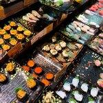 唐戸市場タケショー - 行列なので、どんどん無くなっていくお寿司達…でもすぐにお店の方が補充してくれます