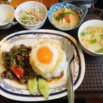 タイ居酒屋 トンタイ - 牛肉のガパオライス+ミニグリーンカレー(880円)