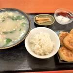 金鴻運 - 羊汤定食 香酥牛肉火焼が5つもついてきます。白飯は黄ばんでちょっとにおいが。
