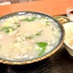 金鴻運 - 羊白湯スープなみなみ。見た目に反して(失礼!)とても上品なお味で美味しいです。中身は羊肉、というよりモツでしょうか。いいお味がでるものですね。臭みなどまったくありません。羊好きとしては物足りないくらい。