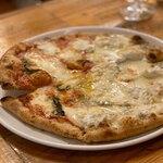 ピッツェリア パーレンテッシ - マルゲリータと色々チーズでハーフ&ハーフ