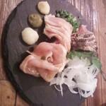 鉄板餃子と290円ハイボール 太田川にこにこ餃子 - 地鶏のたたきミックス