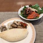 ブッフェダイニング オーシャンテラス - 朝食ビュッフェ3600円(総額)。第一弾。焼売、温野菜、キノコのソテー、ホワイトエッグのオムレツ、レタス、スモークサーモン、蒸し鶏、赤い焼豚、ピータン。