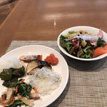 ブッフェダイニング オーシャンテラス - 朝食ビュッフェ3600円(総額)。第二弾。満願寺とうがらしの煮物、青菜と油揚げのお浸し、柚子大根、鮭、鯖、明太子、シラスおろし。焼き魚が硬くて今ひとつ。。。生野菜と豚肉のハム。ハムも絶品です(╹◡╹)