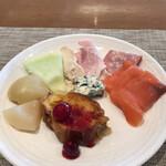 ブッフェダイニング オーシャンテラス - 朝食ビュッフェ3600円(総額)。第三弾。フレンチトースト、桃のコンポート、メロン、ブルーチーズ、蒸し鶏、ハム、サラミ、スモークサーモン。ハムとサーモン、、チーズの質がとても良かったです(╹◡╹)