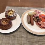 ブッフェダイニング オーシャンテラス - 朝食ビュッフェ3600円(総額)。第四弾。デニッシュオランジェとシトロン、ソーセージ2種、ベーコンなど。シトロンは、レモンクリームのものです。サクサクのデニッシュが、とても美味しかったです(╹◡╹)