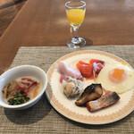 ブッフェダイニング オーシャンテラス - 朝食ビュッフェ3600円(総額)。第五弾。お粥、目玉焼き、フレッシュオレンジジュースなど。焼き魚リベンジも、やっぱり硬くて。。。オムレツは今ひとつでしたが、目玉焼きは美味しかったです(^。^)