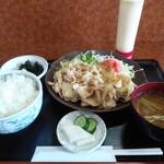 いちだ - 料理写真:豚肉生姜焼定食750円全景 マヨネーズが着いてきました♪